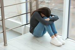 Adolescente da virada que senta-se na janela fotos de stock