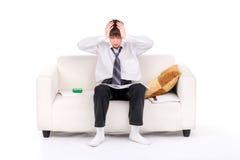 Adolescente dado una sacudida eléctrica en el sofá Imagen de archivo libre de regalías