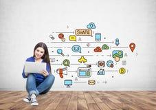 Adolescente dans des jeans tenant un ordinateur portable, media social images libres de droits