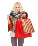 Adolescente dans des vêtements d'hiver avec des paniers images stock