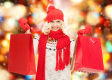 Adolescente dans des vêtements d'hiver avec des paniers Photos stock