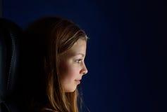 Adolescente dans l'obscurité Photos stock