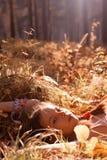Adolescente dans la forêt photographie stock libre de droits