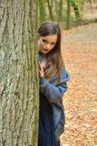 Adolescente dans la forêt d'automne photo libre de droits