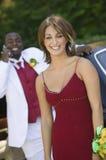 Adolescente dans la limousine extérieure de robe avec la datte Image stock