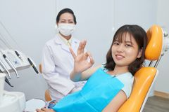 Adolescente dans le bureau de dentiste images libres de droits