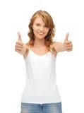 Adolescente dans le T-shirt blanc blanc avec des pouces vers le haut Photo stock