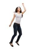 Adolescente dans sauter vide blanc de T-shirt Image libre de droits