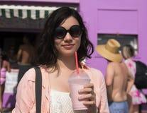 Adolescente de Amerasian en el sol con un batido de leche Imágenes de archivo libres de regalías