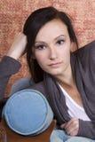 Adolescente de Bautiful en el sofá Imagen de archivo