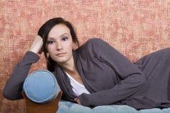 Adolescente de Bautiful en el sofá Fotografía de archivo