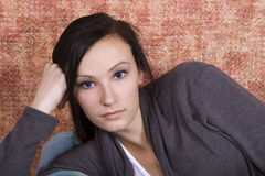 Adolescente de Bautiful en el sofá Foto de archivo