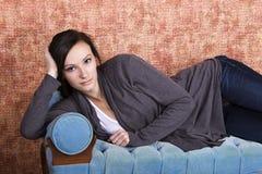 Adolescente de Bautiful en el sofá Fotografía de archivo libre de regalías