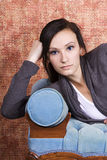 Adolescente de Bautiful en el sofá Imagen de archivo libre de regalías