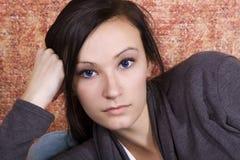 Adolescente de Bautiful en el sofá Foto de archivo libre de regalías