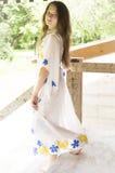 Adolescente de Beatifull en vestido auténtico del vintage Fotografía de archivo