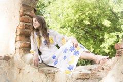 Adolescente de Beatifull en vestido auténtico del vintage Imagenes de archivo