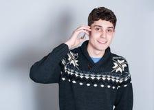 Adolescente de Causual que habla en su teléfono celular Foto de archivo libre de regalías