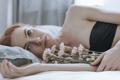 Adolescente de Desparing con el ramo de la flor Fotos de archivo