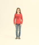 Adolescente de fille avec de longs cheveux dans un T-shirt rouge Images libres de droits