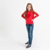 Adolescente de fille avec de longs cheveux dans un T-shirt rouge Images stock
