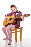 Adolescente de Girll que toca una guitarra Imágenes de archivo libres de regalías