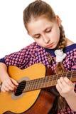 Adolescente de Girll que toca una guitarra Fotos de archivo libres de regalías