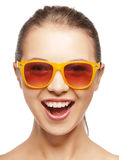 Adolescente de griterío feliz en cortinas Fotos de archivo