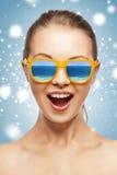 Adolescente de griterío feliz en cortinas Imagen de archivo libre de regalías