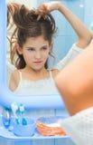 Adolescente de Hairstyling Fotos de archivo libres de regalías