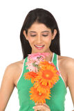Adolescente de Indain con las flores de la margarita Fotos de archivo libres de regalías