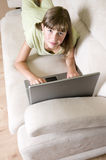 Adolescente de la belleza con la computadora portátil Foto de archivo libre de regalías
