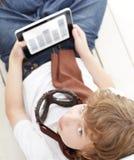 Adolescente de la belleza con PC de la tableta Fotos de archivo