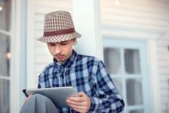 Adolescente de la belleza con PC de la tableta Fotografía de archivo