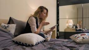 Adolescente de la belleza con la tableta que tiene una charla video con el amigo, noticias que hablan Foto de archivo libre de regalías