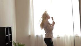 Adolescente de la belleza que baila en casa almacen de video