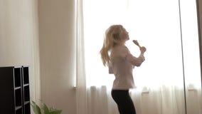 Adolescente de la belleza que baila en casa almacen de metraje de vídeo