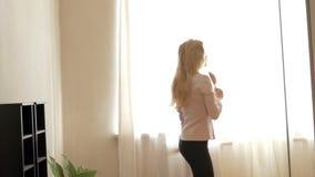 Adolescente de la belleza que baila en casa metrajes