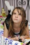 Adolescente de la belleza que soña con el mp3 Foto de archivo libre de regalías