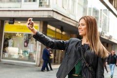 Adolescente de la belleza que toma un selfie Fotos de archivo libres de regalías