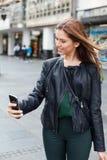 Adolescente de la belleza que toma un selfie Imágenes de archivo libres de regalías