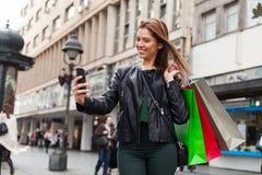 Adolescente de la belleza que toma un selfie Imagen de archivo libre de regalías