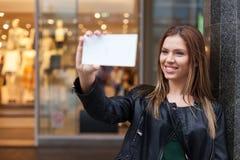Adolescente de la belleza que toma un selfie Foto de archivo