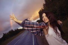 Adolescente de la chica joven con el arco iris Foto de archivo libre de regalías