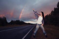 Adolescente de la chica joven con el arco iris Fotos de archivo libres de regalías