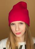 Adolescente de la chica joven en un casquillo y una camiseta Imágenes de archivo libres de regalías