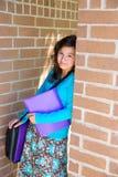 Adolescente de la colegiala en la pared de ladrillo de la escuela feliz Fotografía de archivo libre de regalías