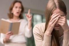 Adolescente de la desesperación y su madre enojada Imagen de archivo libre de regalías