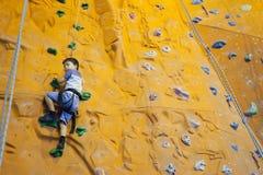 Adolescente de la escalada Imagen de archivo libre de regalías