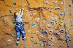 Adolescente de la escalada Foto de archivo libre de regalías
